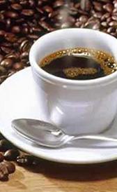 café hecho con café en grano, alimento rico en fibra