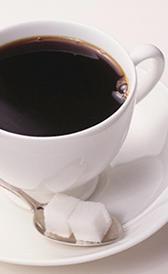 café hecho con café soluble, alimento rico en potasio
