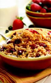 cereales de desayuno con base de arroz, trigo integral y frutas rojas, alimento rico en fibra y vitamina B2