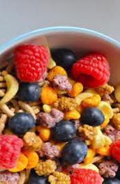 cereales de desayuno con base de trigo y frutas, alimento rico en proteínas y potasio