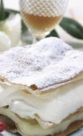 milhojas con nata y crema, alimento preteneciente a la categoría de los pasteles