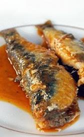 sardinas en tomate, alimento rico en vitamina B3 y sodio